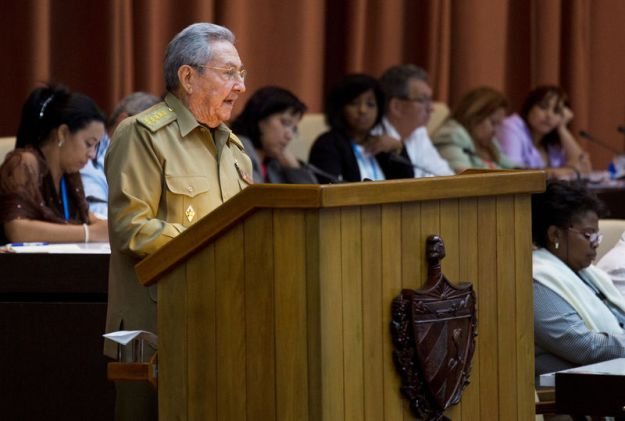© Reuters. FILE PHOTO: Cuba's President Raul Castro delivers a speech during the National Assembly in Havana