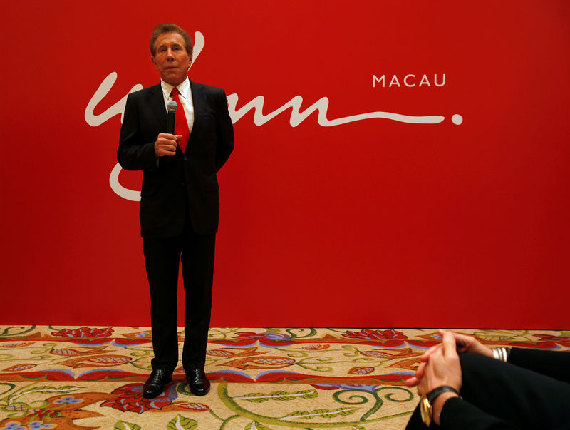 © Reuters. FILE PHOTO: FILE PHOTO: U.S. casino magnate Wynn speaks during a news conference in Macau