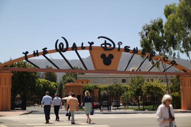 © Reuters. FILE PHOTO: The entrance to Walt Disney studios is seen in Burbank