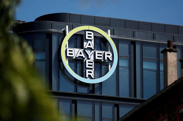 © Reuters. FILE PHOTO: The Bayer AG logo sits on display at the headquarters in La Garenne-Colombes, near Paris