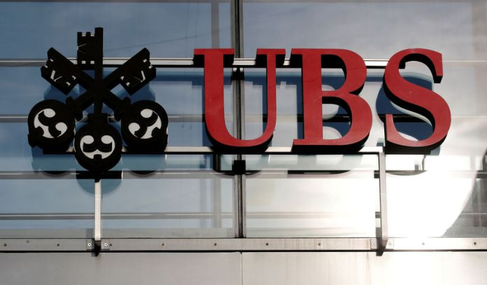 © Reuters. FILE PHOTO: Logo of Swiss bank UBS is seen in Zurich