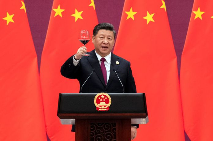© Reuters. Chinese President Xi Jinping raises his glass and proposes a toast at the end of his speech during the welcome banquet, after the welcome ceremony of leaders attending the Belt and Road Forum at the Great Hall of the People in Beijing