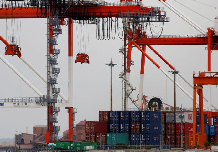 © Reuters. Containers are seen at an industrial port in the Keihin Industrial Zone in Kawasaki