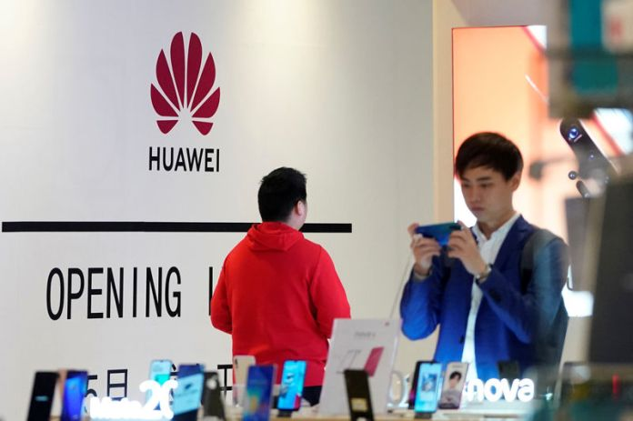 © Reuters. Huawei smartphones are seen displayed inside a shopping mall in Shanghai