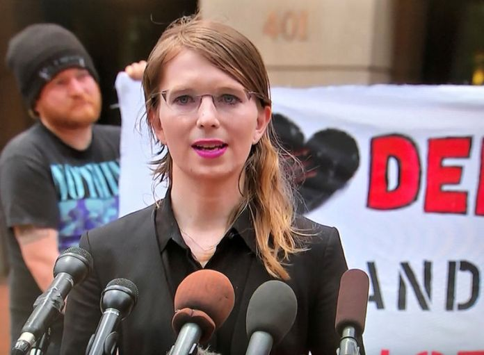 © Reuters. Chelsea Manning speaks to reporters outside the U.S. federal courthouse before appearing before a federal judge regarding a federal grand jury investigation of WikiLeaks in Alexandria