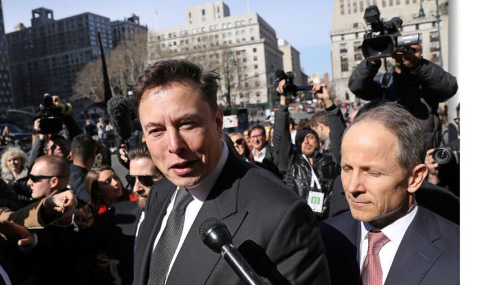 © Reuters. FILE PHOTO: Tesla CEO Elon Musk leaves Manhattan federal court after a hearing on his fraud settlement with the SEC in New York