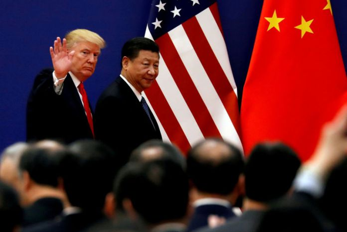 © -. FILE PHOTO: U.S. President Donald Trump and China's President Xi Jinping meet business leaders at the Great Hall of the People in Beijing