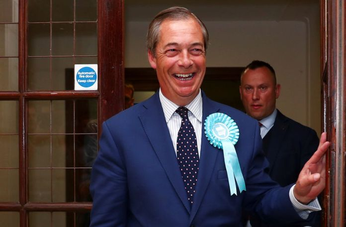 © -. Brexit Party leader Nigel Farage arrives to speak to the media outside the counting centre for the European Parliamentary election in Southampton