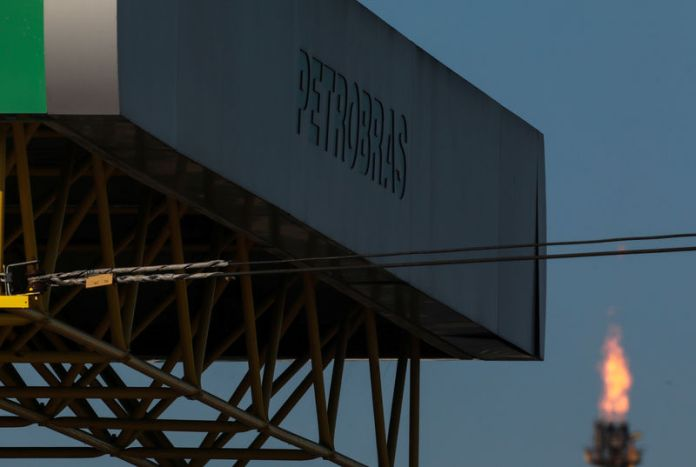© -. FILE PHOTO: The entrance of the Petrobras Alberto Pasqualini Refinery is seen in Canoas