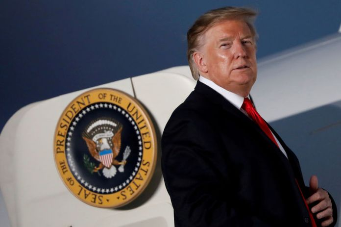 © -. FILE PHOTO: U.S. President Donald Trump looks at supporters before boarding Air Force One after addressing a Trump 2020 re-election campaign rally in Montoursville, Pennsylvania, U.S.