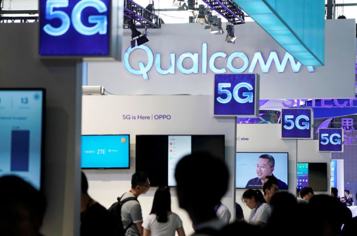 © Reuters. FILE PHOTO: Signs of Qualcomm and 5G are pictured at Mobile World Congress (MWC) in Shanghai