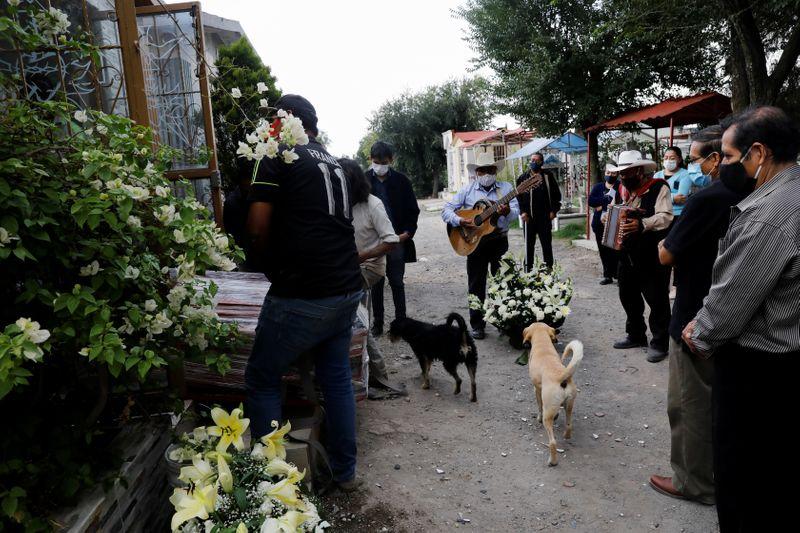 © Reuters. FILE PHOTO: Outbreak of the coronavirus disease (COVID-19) in Mexico City