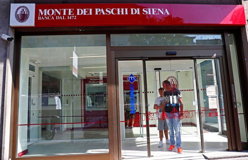 © Reuters. L'ingresso di una filiale della Banca Monte dei Paschi di Siena a Roma