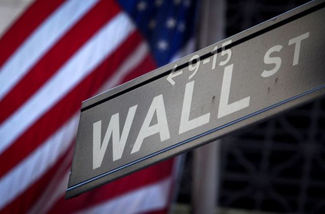 Wall Street closes mixed, S&P 500 ends with a record