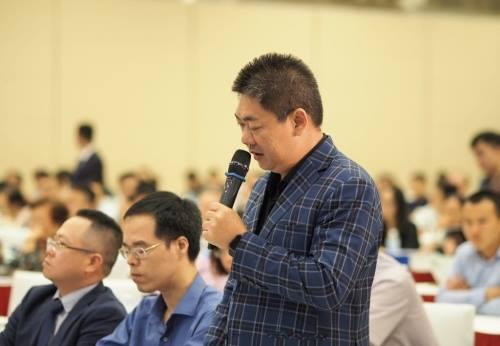 Ông Vũ Hữu Điền - Đại diện cổ đông Dragon Capital nêu câu hỏi tại phiên họp sáng 27/4. Ảnh: An An