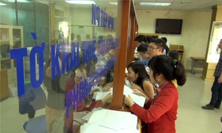 Người dân, doanh nghiệp nộp thuế tại Hà Nội. Ảnh: Nguyễn Hà