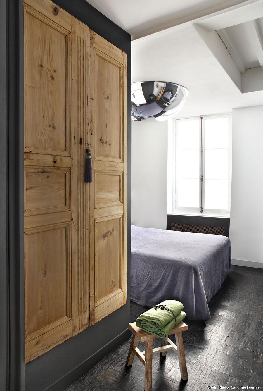 une armoire avec des portes anciennes
