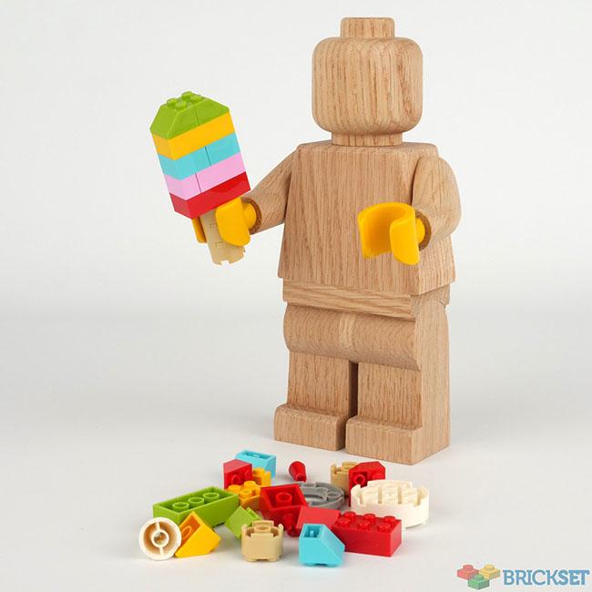 lego lance une figurine geante en bois