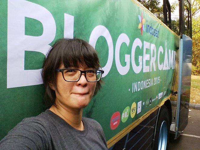 Selfie di depan banner BloggerCampID :P