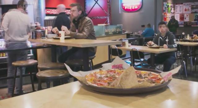テーブルの上のMODピザ
