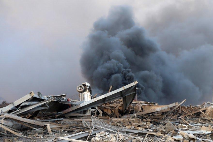 Patlama, çok sayıda binanın yıkılmasına sebep olurken, birçok otomobil de kullanılamaz hale geldi.