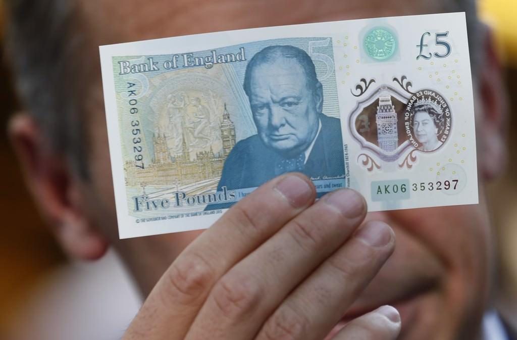 İngiltere'den yırtılmayan ve ıslanmayan plastik para!