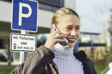 Junge Frau mit Handy am Ohr