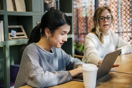 """En Japón, las empresas están prohibiendo a las mujeres llevar gafas. Transmiten una """"actitud fría"""""""