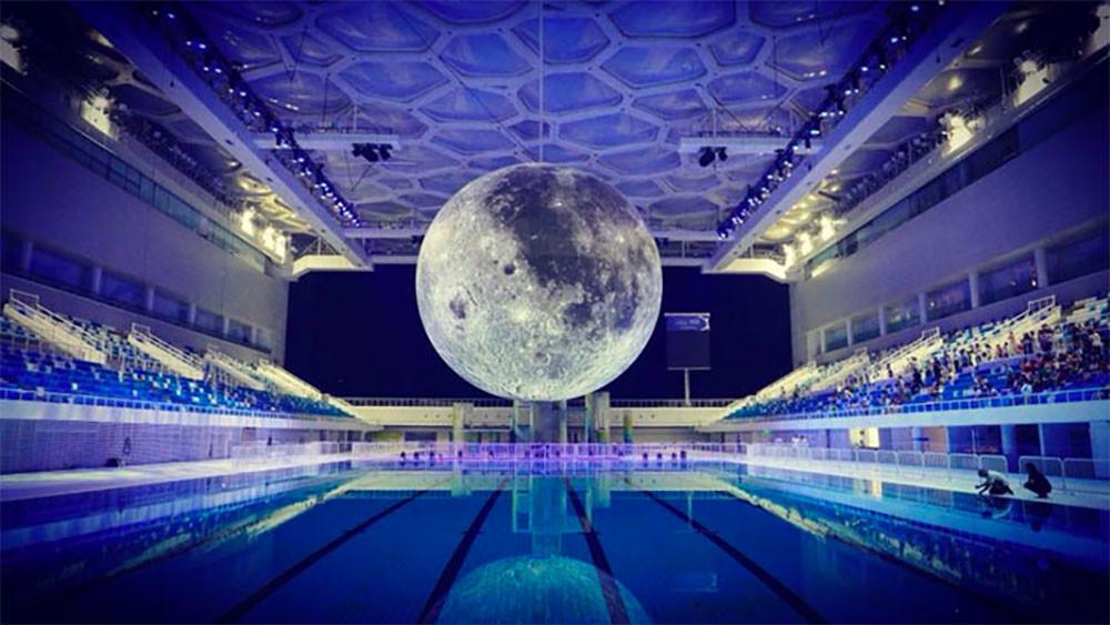 Una luna de 7 metros, a escala y hecha con imágenes de la NASA: así es el museo ambulante del artista Luke Jerram