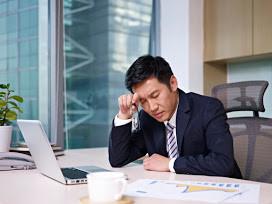 Pasar largas jornadas de trabajo en la Oficina puede ocasionar graves problemas de salud