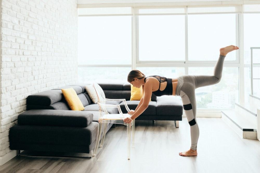 Entrenamiento en casa solo con una silla: cinco ejercicios para entrenar todo tu cuerpo