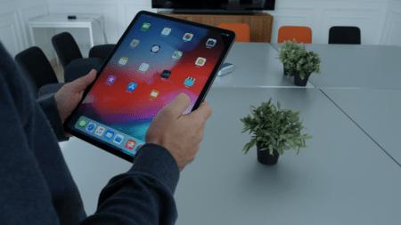 iPad de 12,9 pulgadas en mano