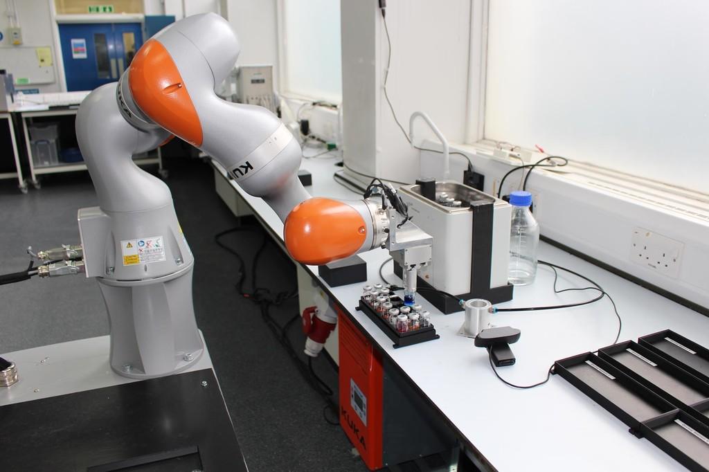 Este robot científico trabaja más de 21 horas al día en un laboratorio y decide por si mismo qué experimentos realizar
