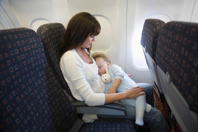 Madre Viajando En Avion Con Bebe