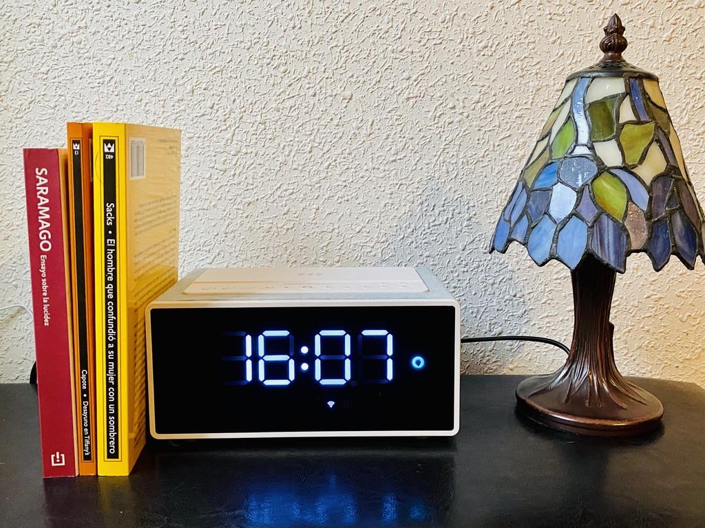 Este reloj despertador tiene Alexa y cargador inalámbrico: probamos el Energy Sistem Smart speaker wake up