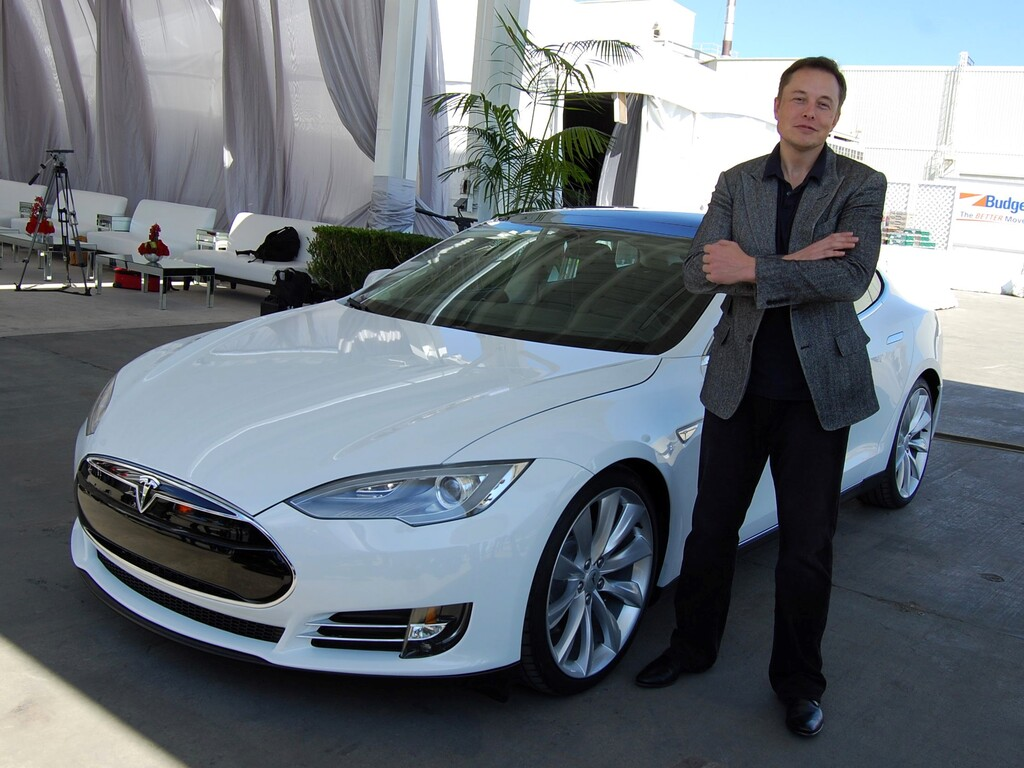 Elon Musk quiso vender Tesla a Apple, pero Tim Cook no aceptó ni la reunión