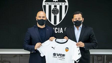 A la izquierda, Alexandre Dreyfus, CEO de Chiliz y Socios.com. A la derecha, Anil Murthy, presidente del Valencia. Ambos exhibiendo la camiseta del club 'che' con el nuevo patrocinio para la temporada 2021/2022.