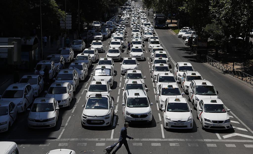 Vigilancia policial para Uber y Cabify: así es el plan que Carmena ha prometido a los taxistas para frenar la captación ilegal