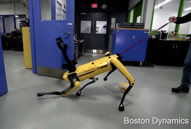 Permalink to El impresionante vídeo que maltrata y pone a prueba la frustración y fuerza del perro-robot de Boston Dynamics