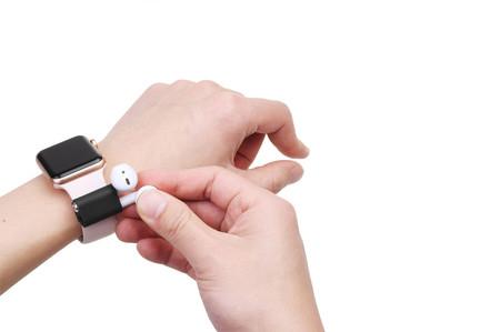 Con este accesorio podrás llevar tus AirPods en la correa del Apple Watch, no es tan mala idea como parece