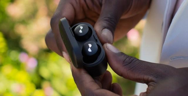 O pagas todos los meses, o dejan de funcionar: así son los audífonos por suscripción que nos entrega Nura