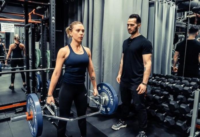 La rutina deportiva del entrenador de Scarlett Johansson incluye ejercicios como el peso muerto y las kettlebells