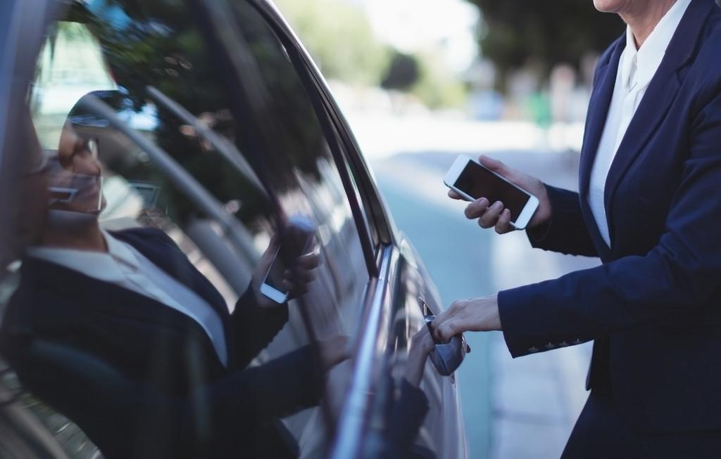 Viajes gratis(libre) y potenciales movilizaciones: así combatirán Cabify, Uber y el sector VTC el 'decretazo' en favor del taxi
