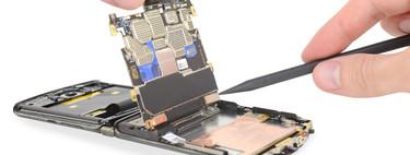 La cara B de los dispositivos flexibles es su irreparabilidad: se están llevando notas de récord según el criterio de iFixit