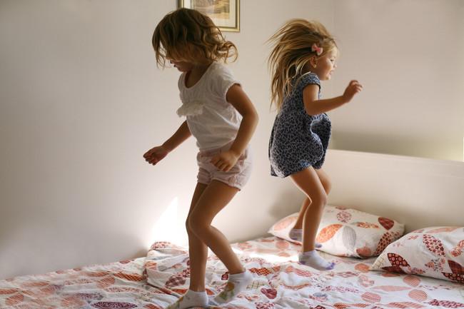niños-saltando-en-la-cama