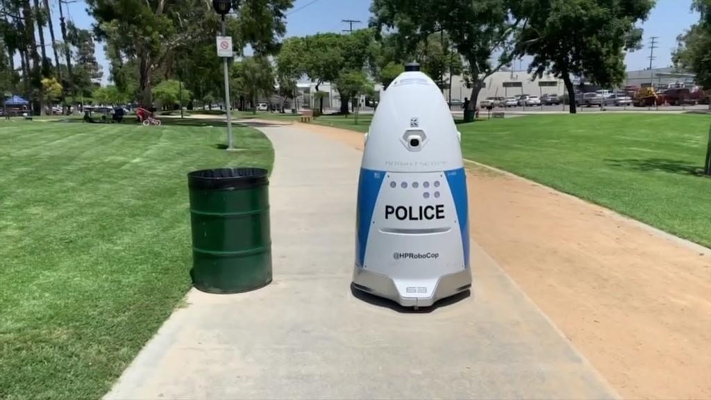 Este robot policía cobra lo mismo que un policía humano, sin embargo no fue capaz de brindar ayuda cuando se le solicitó