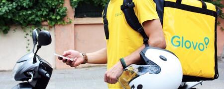 Repartidor de Glovo con el móvil en la mano