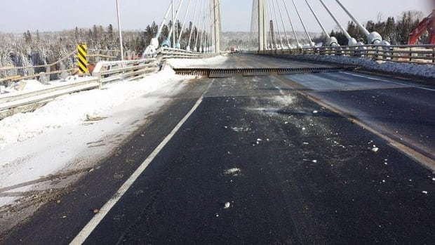 http://i.cbc.ca/1.3397851.1452482523!/fileImage/httpImage/image.jpg_gen/derivatives/16x9_620/nipigon-river-bridge-fails-in-cold.jpg