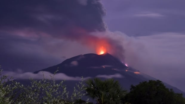 Thousands forced to flee after volcano erupts in eastern Indonesia | CBC News