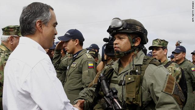 Rodrigo Rivera se encuentra con una unidad de élite de la policía cuando visita la región de la Macarena, departamento del Meta, Colombia, el 24 de septiembre de 2010.